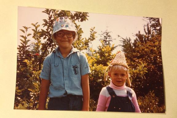Min bror og mig med fjollehatte, 1978. Fotograf: Annette Randers