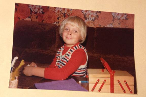 Kreahygge i sofaen, 1980. Fotograf: Annette Randers