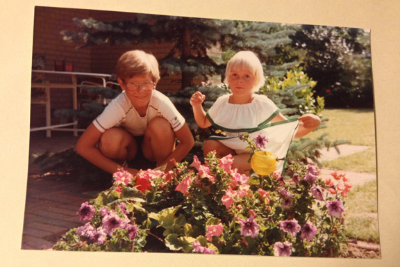 Min bror og mig på terrassen, 1981. Fotograf: Annette Randers