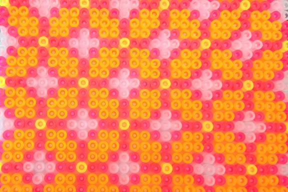 Grafisk neonfarvet perleplade. Fotograf: Susanne Randers