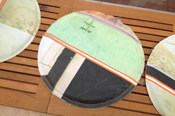 Fede grafiske puder fra Solrød Bibliotek syet sammen af outdoor bannere, tror jeg... Fotograf: Susanne Randers