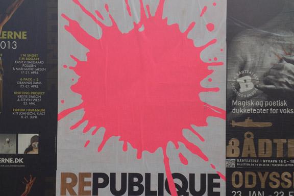 Flot, grafisk og iøjenfaldende plakat fra Republique Teater København. Fotograf: Susanne Randers