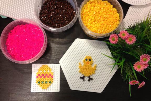 Hama perleplader påskeæg og kylling på mit kreabord. Fotograf: Susanne Randers