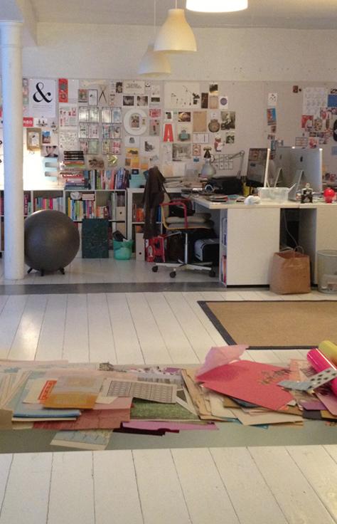 Pernille og Christines lækre kontorfællesskab på Christianshavn - og collagefællesbordet i front. Fotograf: Susanne Randers