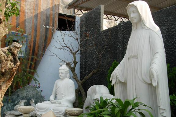 Buddha og Madonnafigur på marmorfabrik ved Hue i Vietnam. Fotograf: Susanne Randers