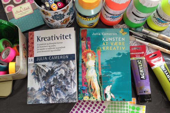 """Julia Camerons bøger """"Kreativitet"""" og """"Kunsten at være kreativ"""" - taget i mit krearum. Fotograf: Susanne Randers"""