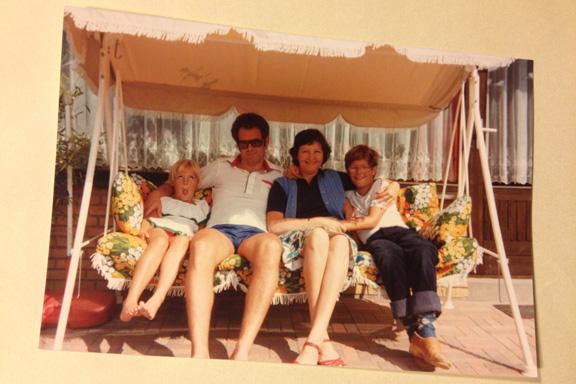 Familiehygge med min mors kusine - og mig med fjolleansigt, 1981. Fotograf: Annette Randers