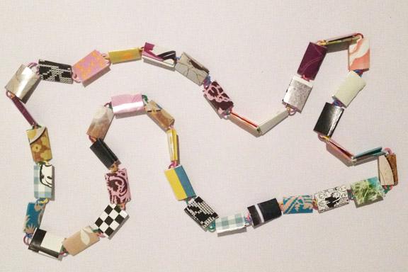 Lilla, blå og gul halskæde af papirclips og go-cards til salg fra mit krearum. 200 kr. Fotograf: Susanne Randers