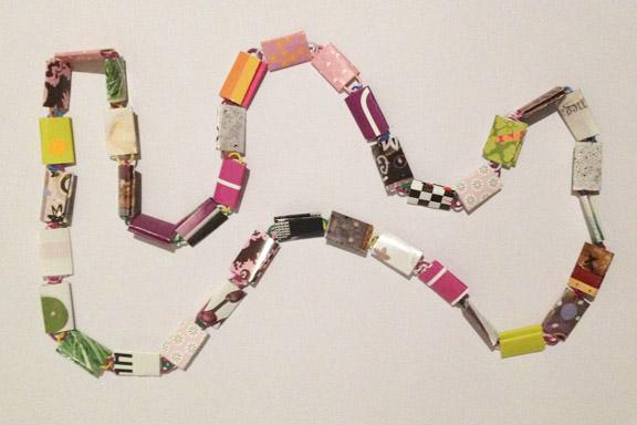 Lyserød, lilla og grøn halskæde af papirclips og go-cards til salg fra mit krearum. 200 kr. Fotograf: Susanne Randers