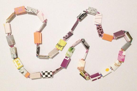 Orange og lilla halskæde af papirclips og go-cards til salg fra mit krearum. 200 kr. Fotograf: Susanne Randers