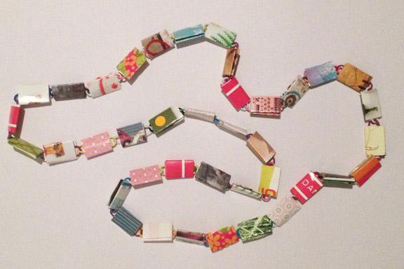 Pink og grøn halskæde af papirclips og go-cards til salg fra mit krearum. 200 kr. Fotograf: Susanne Randers
