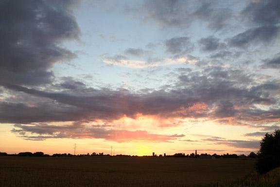 Solnedgang over Ølby Landsby. Fotograf: Susanne Randers