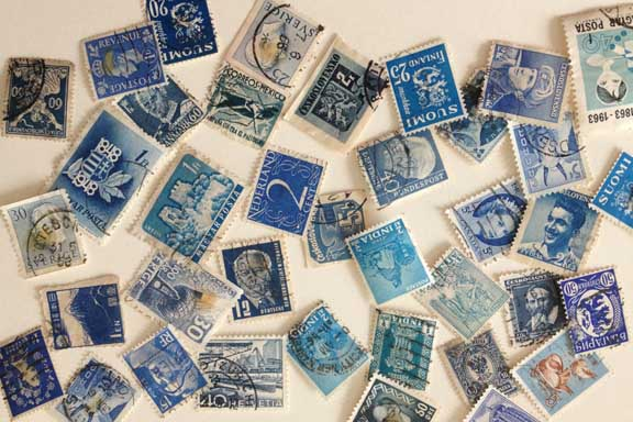 Moodboard. Et blåt udpluk af min mors gamle frimærker fra hele verden. Fotograf: Susanne Randers