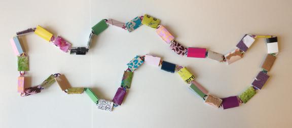 DIY: Færdig halskæde af papirclips og go-cards. Fotograf: Susanne Randers