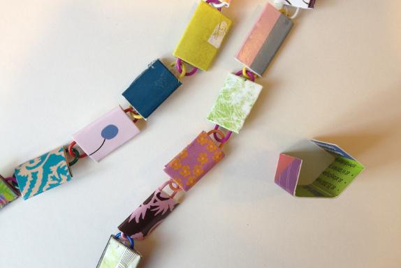 DIY: Halskæde af papirclips og go-cards. Fotograf: Susanne Randers