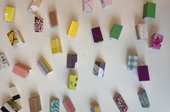 DIY: Foldede papstykker til halskæde af papirclips og go-cards. Fotograf: Susanne Randers