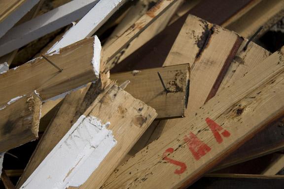 Kunsten at give slip - gamle brædder med søm i. Fotograf: Susanne Randers