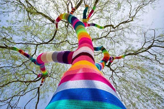 Yarnbombing på træ i den tyske by Velbert. Udført af Ute Lennartz-Lembeck. Fundet via google.