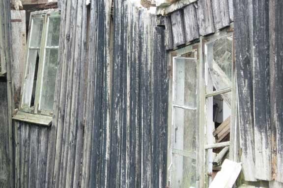 Vinduer fra en gammel faldefærdig bygning et sted på Vestfyn. Fotograf: Susanne Randers