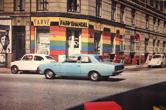 Fotografi fra 1970'erne af Kasper Heibergs farvestudie af byrummet. Hænger som tapet på væggen på KØS under udstillingen. Fotograferet af Susanne Randers