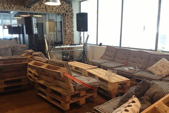 Loungeområde i cafeen med møbler lavet af pallerammer. Fotograf: Susanne Randers