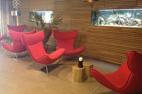 Skønne stole i loungen ved receptionen - som er svære at komme op af - og pausefisk, mens man venter. Fotograf: Susanne Randers