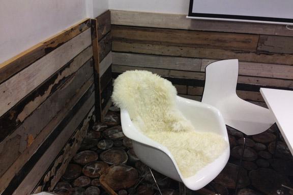 Super cool mødelokale med plankevægge og træ gulvtæppe. Fotograf: Susanne Randers