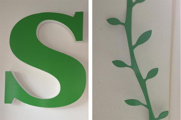 Farven grøn... Bogstavet S købt i Base 212 og en grøn knagerække fra Pluto. Fotograf: Susanne Randers