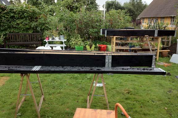 Pallerammerne blev malet med sort træbeskyttelse. Fotograf: Susanne Randers