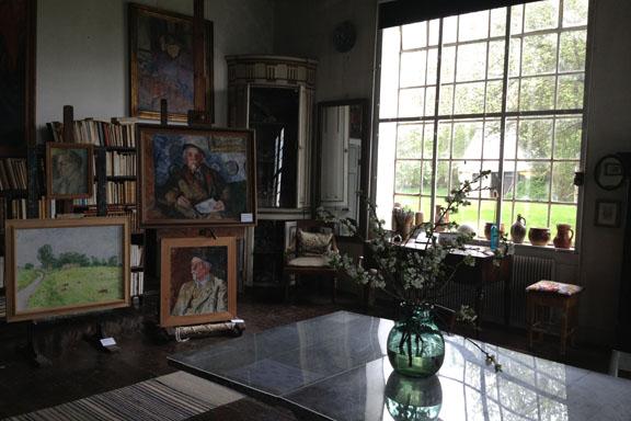 Atelieret med et udpluk af Sigurd Swanes mange portrætter. Fotograf: Susanne Randers