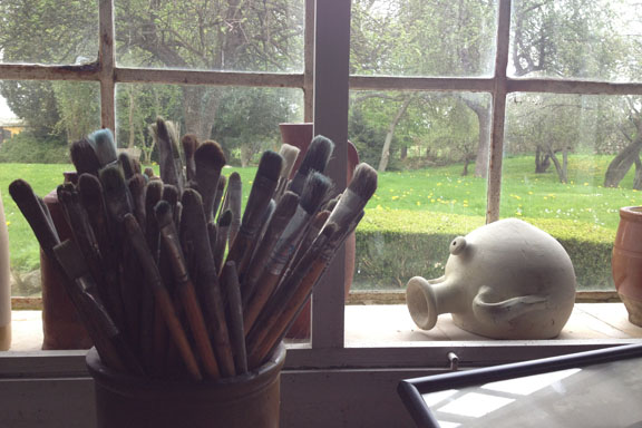Et lille stilleben fra atelieret med Sigurd Swanes pensler. Fotograf: Susanne Randers