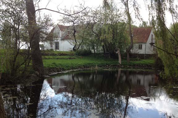 En del af bygningsværket på Malergården spejlet i søen. Fotograf: Susanne Randers