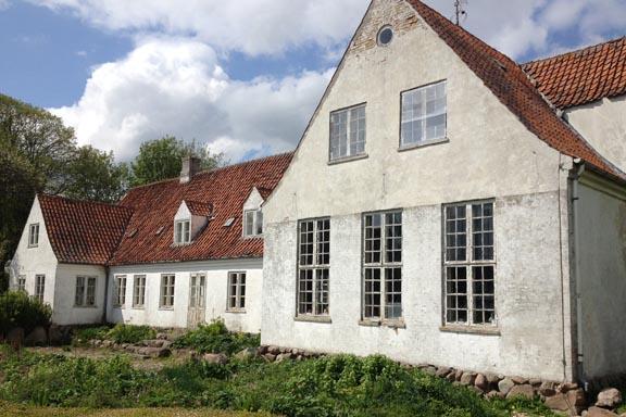 Stuehuset set fra vandsiden. Atelieret er i stueetagen i bygningen til højre. Familien Swane har selv opført Malergården i 1935. Fotograf: Susanne Randers