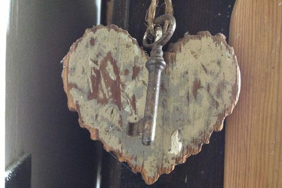 Sigurd Swanes toiletnøgle - formoder jeg - sammen med et smukt udskåret træhjerte. Fotograf: Susanne Randers