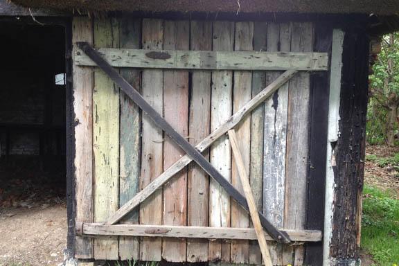 En gammel fin trælåge - med falmede planker i forskellige farver. Fotograf: Susanne Randers