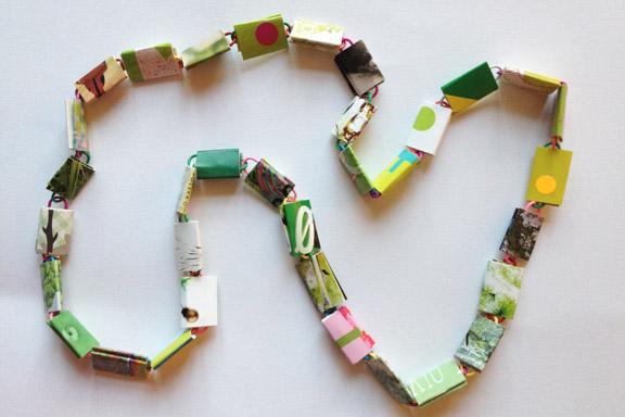 Halskæde af go-cards og papirclips i grønne, hvide og rosa farver. 80 cm. 175 kr. Fotograf: Susanne Randers