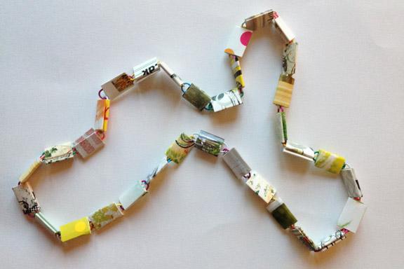 Halskæde i hvide og sart grønne nuancer. 80 cm. 175 kr. Fotograf: Susanne Randers