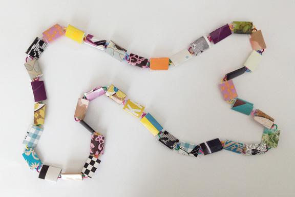 Lilla, blå og gul halskæde af papirclips og go-cards til salg fra mit krearum. 95 cm. 200 kr. Fotograf: Susanne Randers