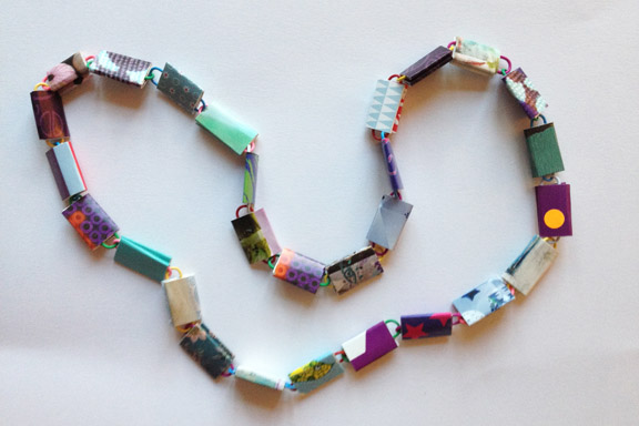 Kort halskæde i lilla, blå og turkise farver. 65 cm. 150 kr. Fotograf: Susanne Randers