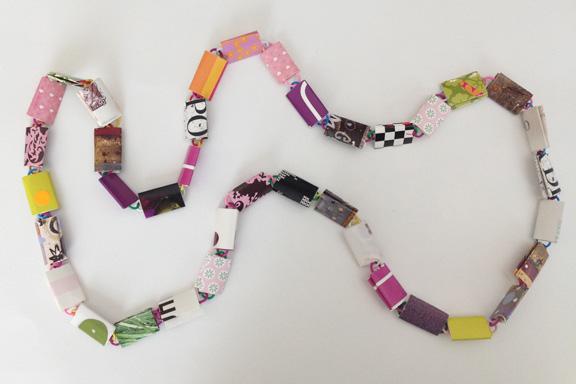 Lyserød, lilla og grøn halskæde af papirclips og go-cards til salg fra mit krearum. 95 cm. 200 kr. Fotograf: Susanne Randers