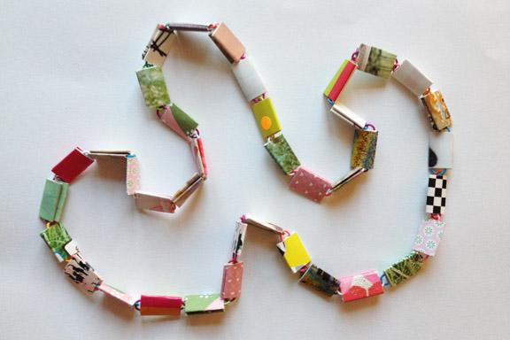 Unika lyserød, pink og grøn halskæde af papirclips og go-cards til salg fra mit krearum. 95 cm lang. 200 kr. inkl. porto. Fotograf: Susanne Randers