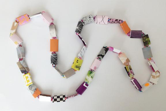 Orange og lilla halskæde af papirclips og go-cards til salg fra mit krearum. 95 cm. 200 kr. Fotograf: Susanne Randers