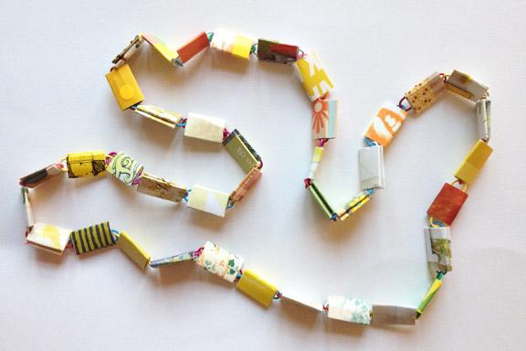 Retro gul, orange og grøn halskæde af papirclips og go-cards til salg fra mit krearum. 95 cm lang. 200 kr. inkl. porto. Fotograf: Susanne Randers