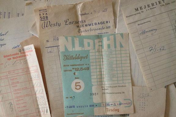 Mejeri regnskabsbilag fra 1950'erne. Her et smukt blåt eksemplar fra Kitteldepotet. Fotograf: Susanne Randers