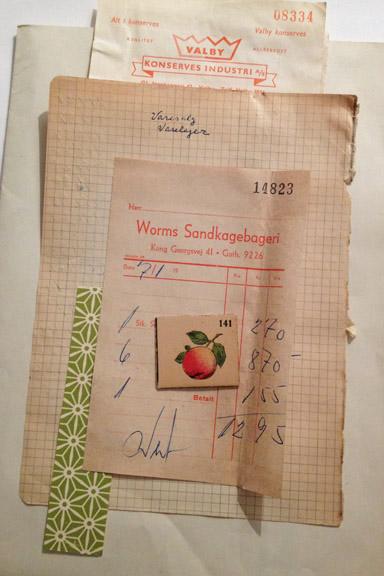 Gamle gulnede regnskabsbilag fra 1950'erne. Her fra Worms Sandkagebageri. Fotograf: Susanne Randers