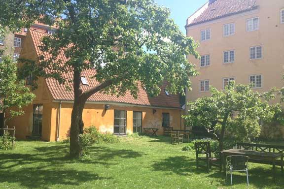 Gårdhave ved Christianshavn bag Bådsmandsstræde 6 og Overgaden Neden Vandet. Fotograf: Susanne Randers