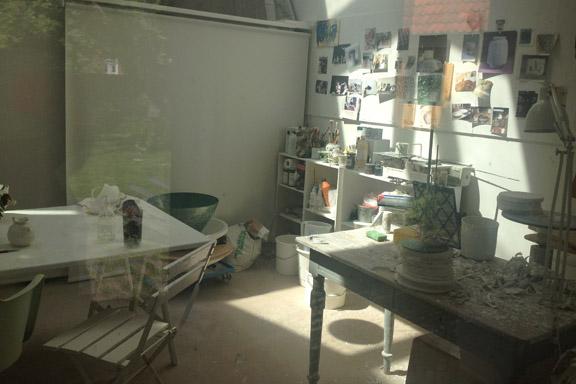 Et kig ind i Karin Michelsens keramikværksted. Fotograf: Susanne Randers