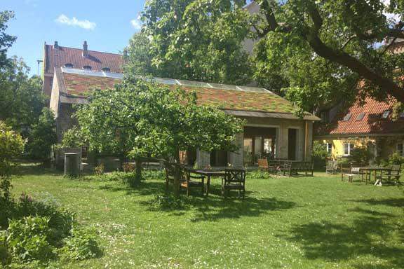 Der ligger det lækreste fælleshus med grønt tag i gårdhaven. Fotograf: Susanne Randers