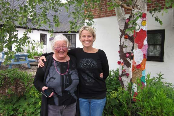 mitkrearum.dk kreativitet 100 yarnbombing på Højgården Anne Julie og Naja ved kærlighedstræ og hæklede mellemstykker