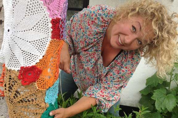 mitkrearum.dk kreativitet 100 yarnbombing på Højgården Louise syr lapper på træet med de hæklede mellemstykker